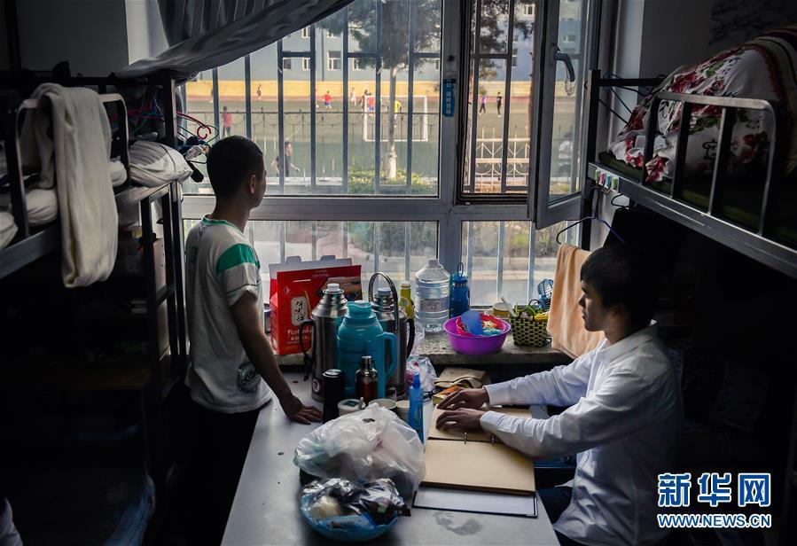 训练过后,孙东远(右)和范长杰回到寝室(6月20日摄)。新华社记者 许畅 摄