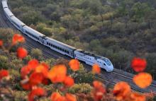 北京:最美的列车穿越金秋居庸关长城红叶林