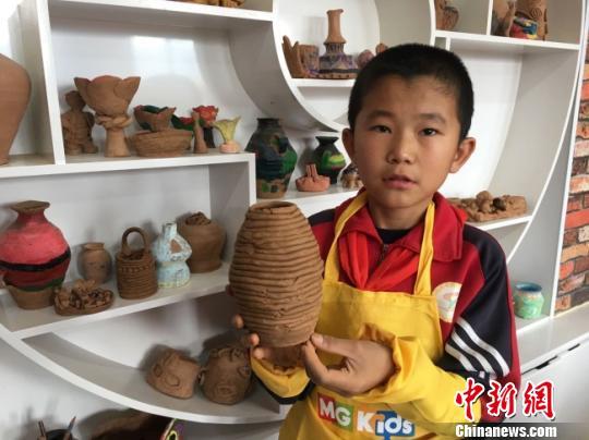 圖為臨洮縣第三實驗小學生展示陶藝作品。(資料圖) 張婧 攝