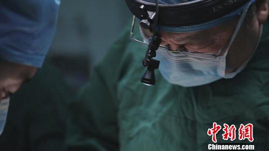 图为李伟为患儿进行手术。 白嘉 摄