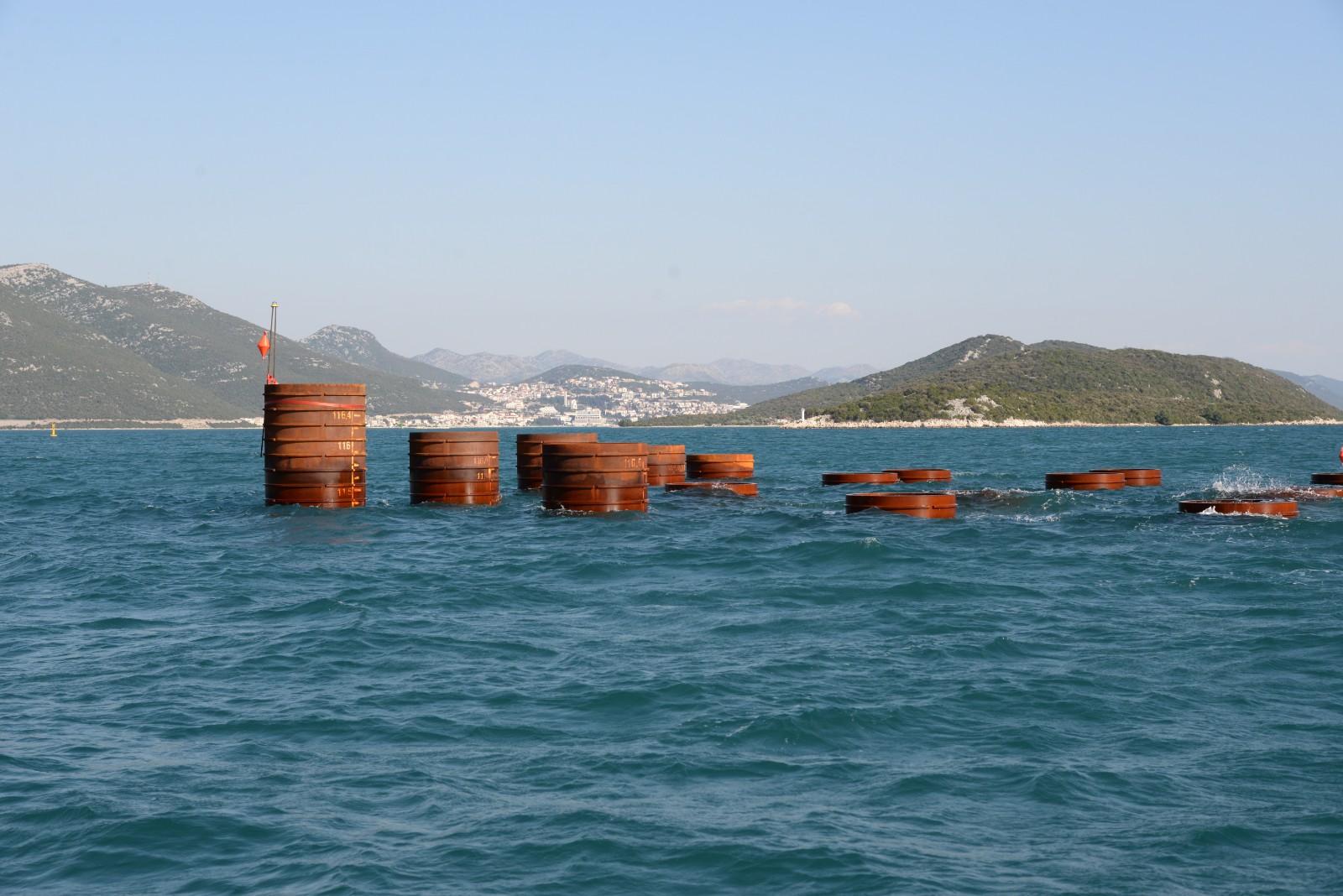 这是2019年3月21日在克罗地亚佩列沙茨大桥施工海域拍摄的钢管桩。今年1月,克罗地亚总理普连科维奇视察由中企承建的该项目工地时,对中国企业的施工进度表示赞赏,并指出佩列沙茨大桥意义重大,体现克中两国良好合作关系。