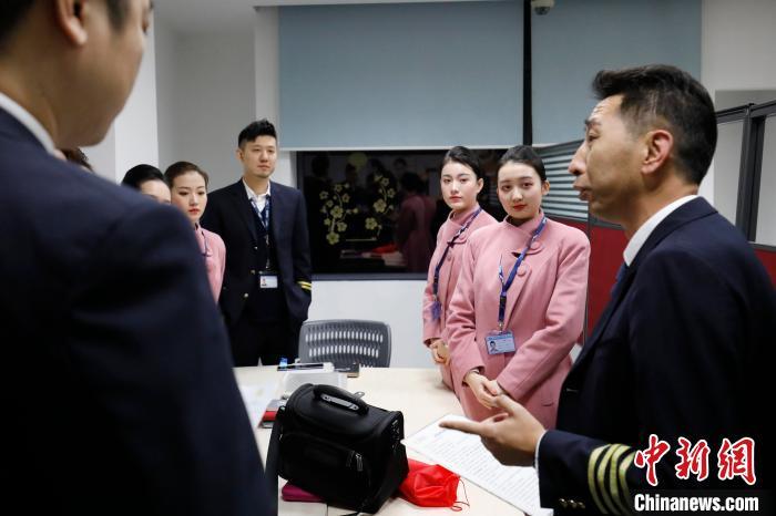 飞行机组正在与乘务组开准备会,王姝樱(右二)认真听讲。 殷立勤 摄